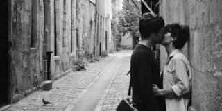 Chỉ ước một lần về qua phố gặp anh